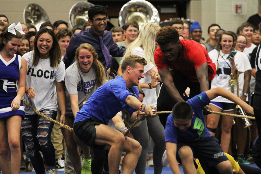 The juniors work together to win the tug-of-war against the sophomores.
