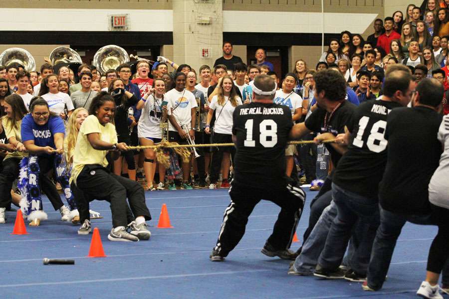 The seniors, after defeating all of the other grade levels in the tug-of-war, face off against the teachers. The seniors ultimately lost to the teachers.