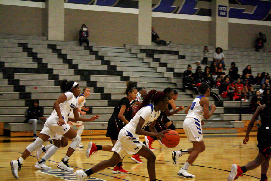 Sophomore+Demauria+Miles+dribbles+to+the+basket.